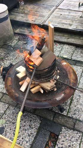 Verwarmen met koperen spiraal in vuur