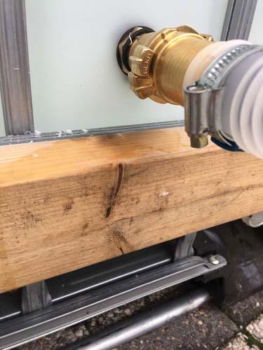 De uitvoer is net boven het houten frame bevestigd