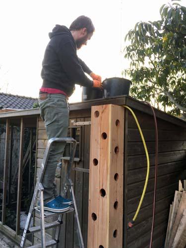 vul de DIY aardbeientoren met grond