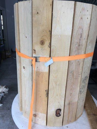 Planken aan de ton bevestigen met een spanband